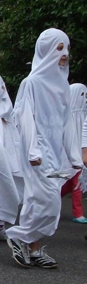 Ein Schüler als Gespenst verkleidet